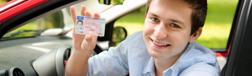 ILLUSTRATION un jeune homme au volant de sa voiture avec son tout nouveau permis de conduire jeune conducteur